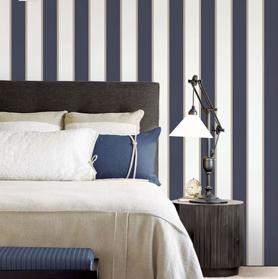 Parati righe bianco e blu con righino gold stile marinaro elegante in vinilico lavabile Smart Stripes 2 cod G67550..